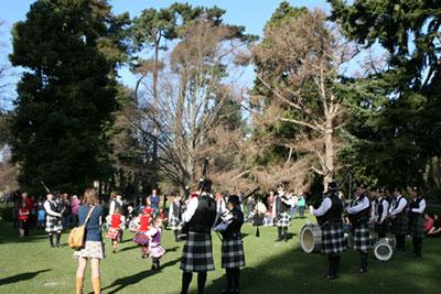 スコットランドのバグパイプ演奏とダンス