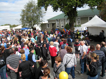 ニュージーランド地震で閉まったモールが学校でセール