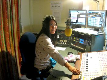 ラジオ番組再開に向けてパジャマで収録