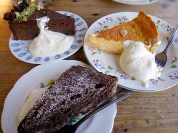 食後にケーキも