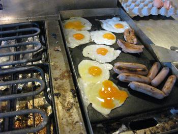 山小屋で朝ごはん